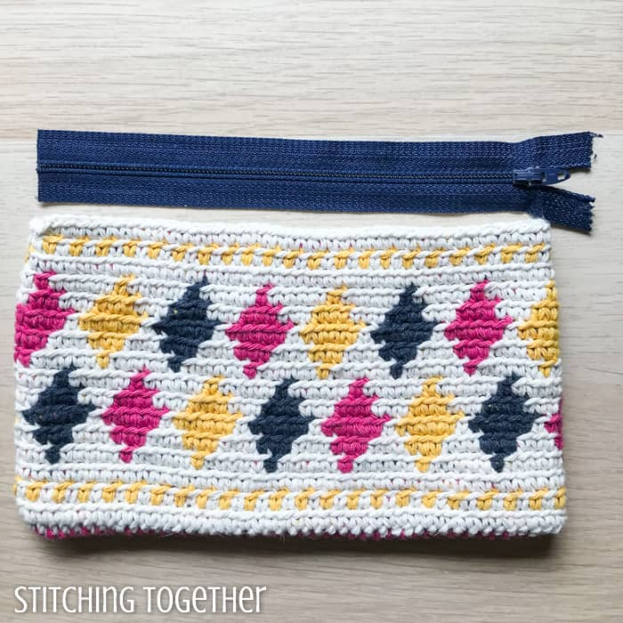 adding zipper to crochet pouch