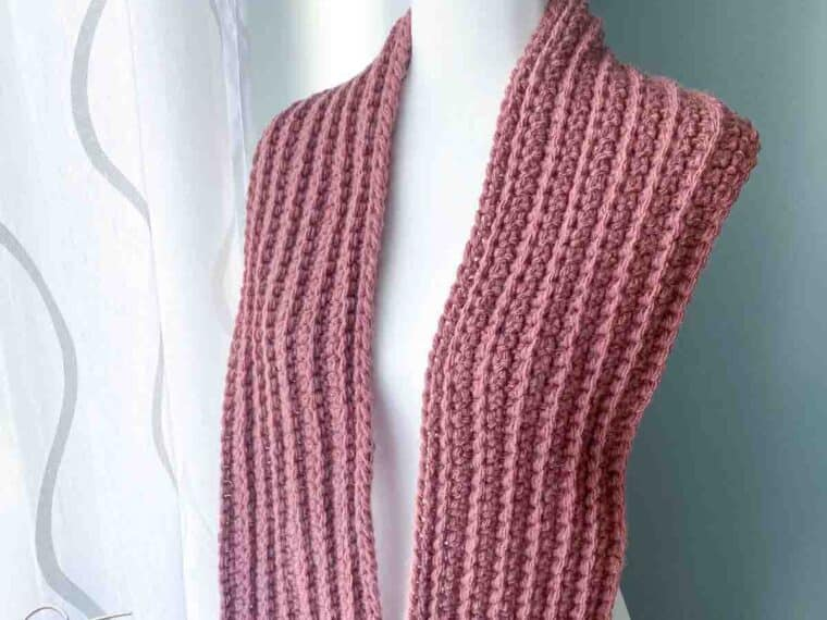 purple chunky crochet scarf on a mannequin